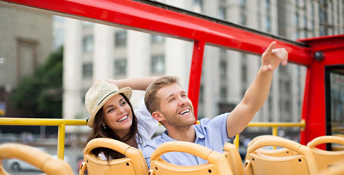 Touristenbus und Bootsfahrt